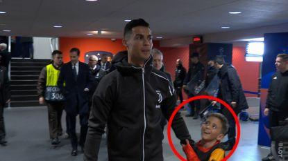 Jongetje dat mascotte is reageert geweldig wanneer hij beseft dat hij met Ronaldo het veld mag oplopen