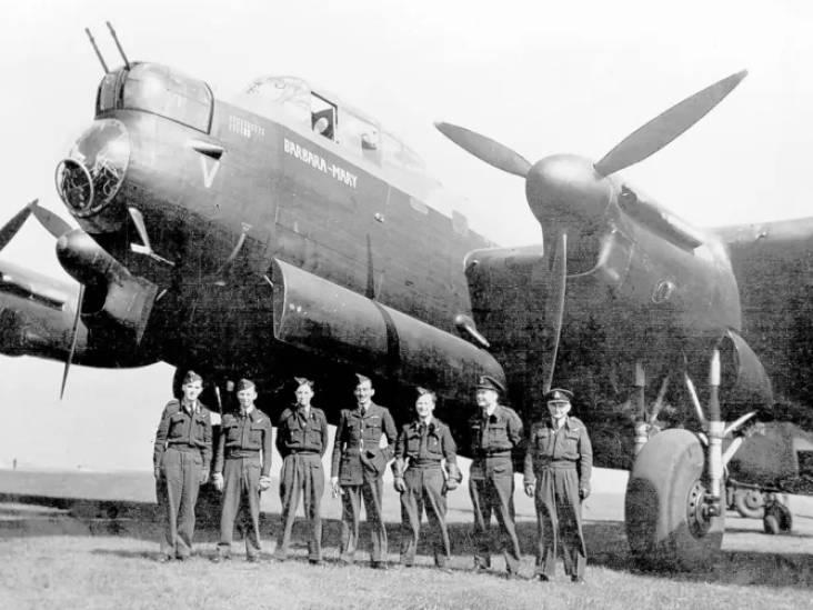 De bemanning van deze bommenwerper ging trots op de foto; een paar uur later stortte ze neer