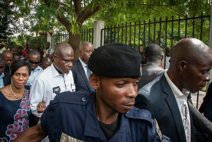 Politie escorteert presidentskandidaat Martin Fayulu (tweede van links) zaterdag bij het verlaten van het gerechtshof, waar hij de verkiezingsuitslag aanvecht