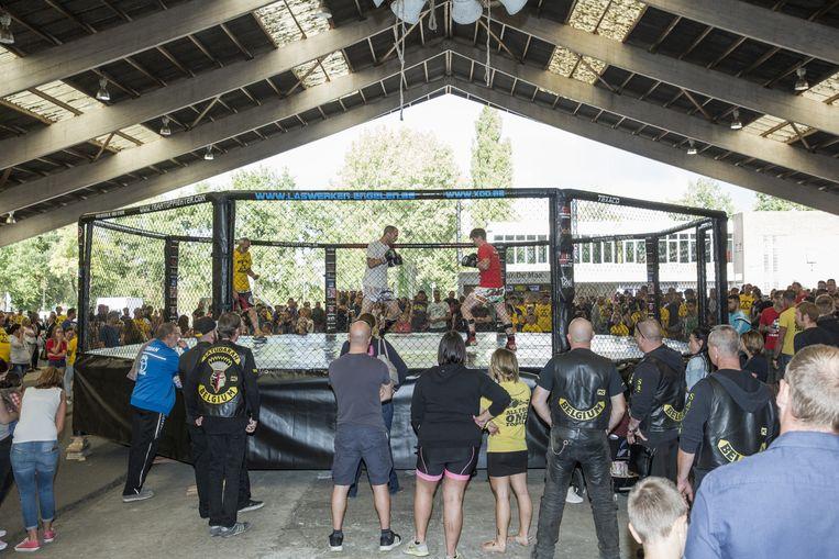 Het publiek geniet van een van de bokswedstrijden.