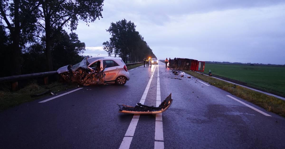 Ernstig ongeluk in Zwartsluis: auto en bestelbus botsen op elkaar, twee gewonden.