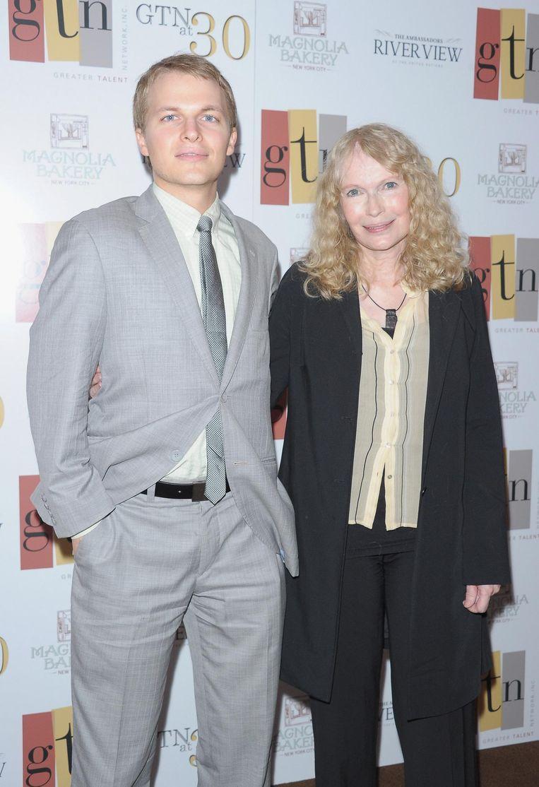 Ronan Farrow en zijn moeder Mia in 2012. Beeld afp
