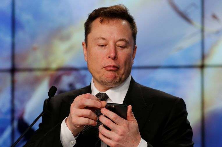 Elon Musk, de topman van Tesla. Bekijkt hij de koers van de bitcoin op zijn smartphone?  Beeld REUTERS