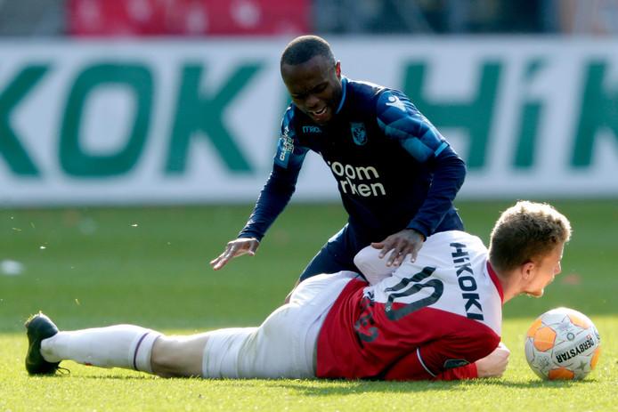 Thulani Serero in gevecht om de bal met Simon Gustafson.