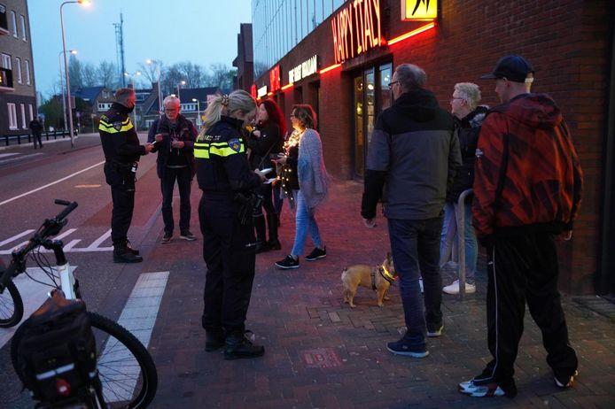 De politie en boa's grijpen in en bekeuren demonstranten die geen afstand houden.