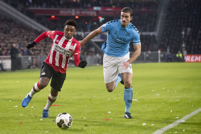 Steven Bergwijn passeert FC Utrecht-verdediger Robin van der Meer.