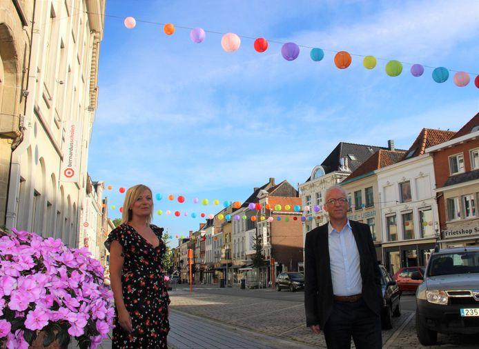 Charlotte Van Zele en burgemeester Marnic Demeulemeester tonen de lampionnen die werden geïnstalleerd in de winkelstraten.