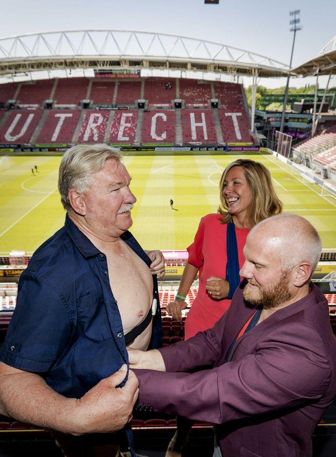 Frans van Seumeren (links), eigenaar van FC Utrecht, krijgt in de Galgenwaard apparatuur voor een stresstest aangemeten voorafgaand aan de wedstrijd tegen VVV.