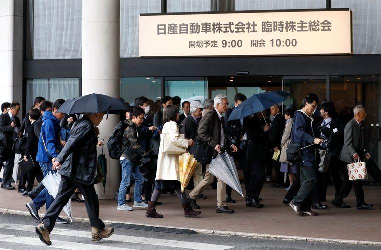 Mensen verzamelen zich voor de aandeelhoudersvergadering in Tokio. Beeld EPA
