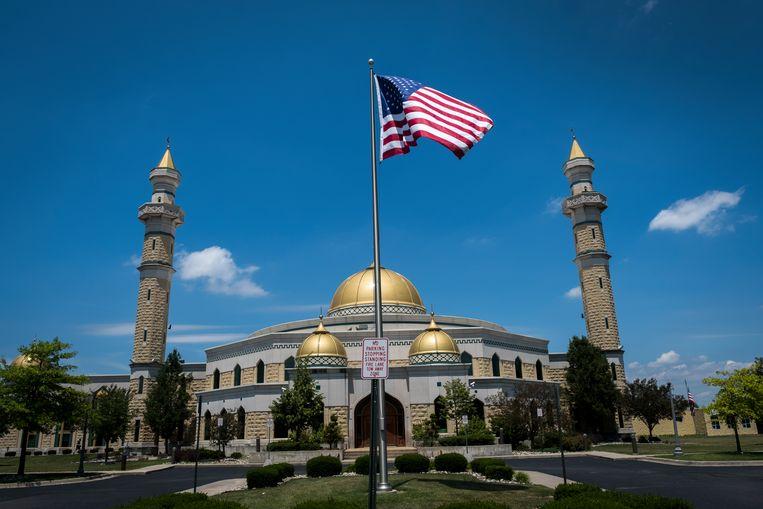 De Grote Moskee in Dearborn, met hoge minaretten én stars-and-stripes.  Beeld Tim Dirven