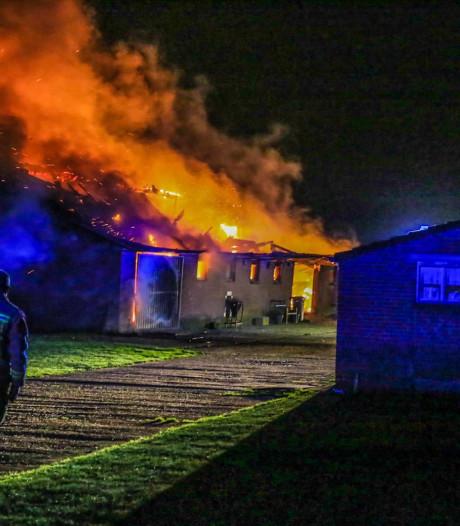 Stal met landbouwmachines in Deurne verwoest na brand
