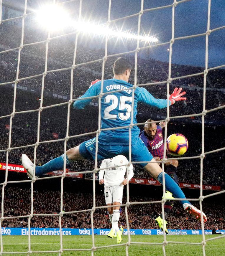Thibaut Courtois slikt een vijfde doelpunt in Barcelona. Dit keer is Arturo Vidal de kwelgeest van dienst. Beeld REUTERS