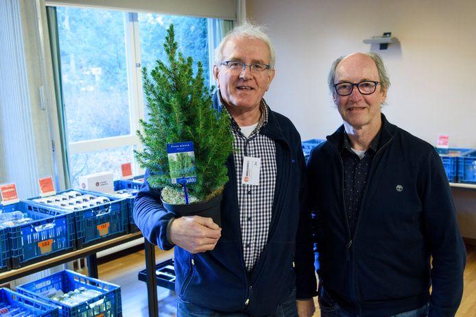 Voedselbank Waalre en Zorgkwekerij De Pimpernel werken samen bij doneren van kerstbomen. Links Jan Tielemans, rechts Bert Waterschoot.