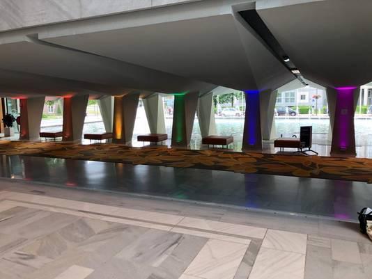 De pilaren in het stadhuis van Arnhem zijn in regenboogkleuren uitgelicht.