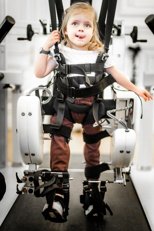 Collette (3) revalideert met de hulp van een robot in TRAINM.
