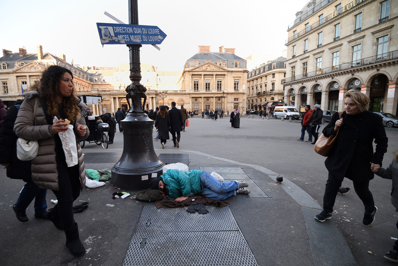 Weinig Parijzenaars kijken op van een haveloze bedelaar of een slapende dakloze in de straten. Beeld AFP