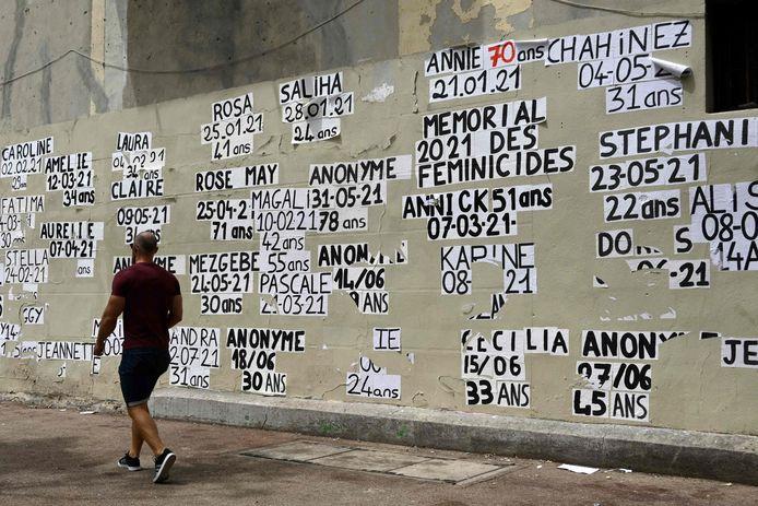 Un mur rempli d'affiches déposées par une organisation féministe, sur lesquelles figurent les noms des femmes tuées depuis le 1er janvier 2021, à Marseille, dans le sud de la France, le 12 juillet 2021.