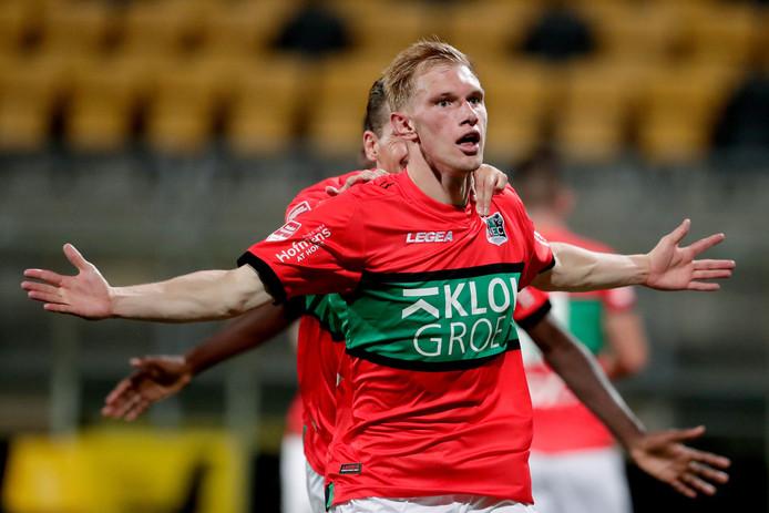 Jellert van Landschoot viert zijn doelpunt tegen Roda JC met Sven Braken in zijn rug.