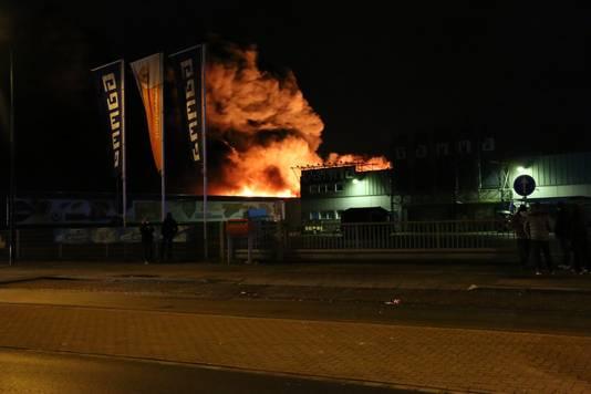 In een bedrijfspand aan de Sint Anthonisweg in Boxmeer woedt een grote brand.