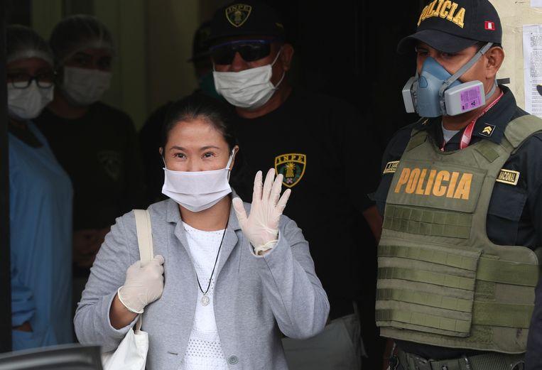 Fujimori verliet de vrouwengevangenis in Lima met een gezichtsmasker en witte handschoenen. (04/05/2020) Beeld AP