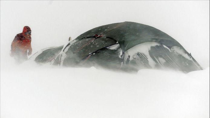 De Belgen kwamen in de problemen toen hun tent scheurde bij een ijzige wind van min 35.