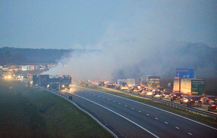 Vrachtwagen in brand op de A2