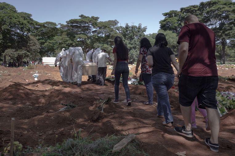 Op de Vila Formosa-begraafplaats wordt David dos Santos naar zijn laatste rustplaats gebracht. Beeld Gabriela Portilho