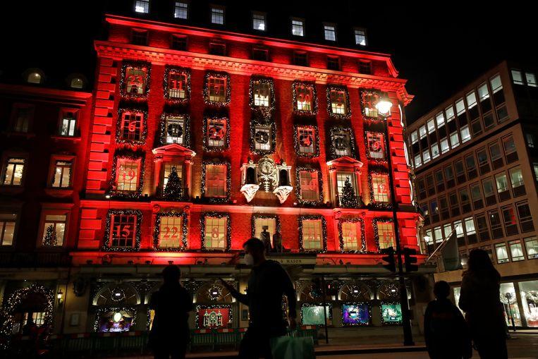 Een winkelpand in Londen is versierd in de stijl van een adventskalender tijdens de lockdown.  Beeld AP