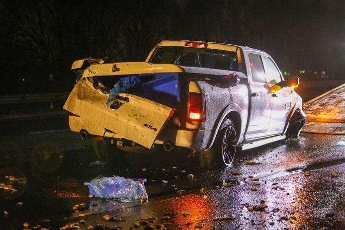 Een gecrashte pick-up werd na een ongeluk op de A1 door een bergingsbedrijf weggehaald.