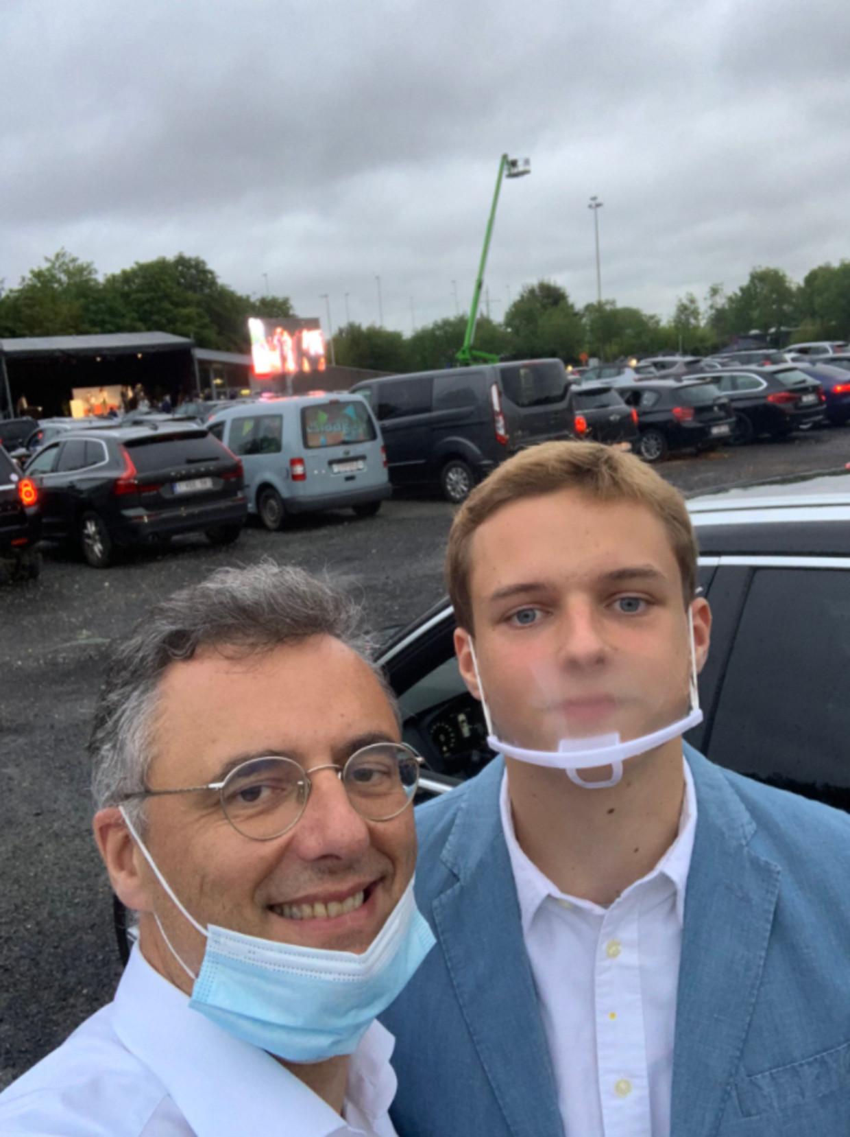 Joachim Coens en zoon Felix, vorig jaar op de drive-in proclamatie. Beeld rv