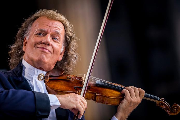 2018-07-04 21:09:24 MAASTRICHT - Violist en concertleider Andre Rieu op het podium tijdens zijn eerste concert van de concertreeks met het Johan Strauss Orkest op het Vrijthof. ANP KIPPA MARCEL VAN HOORN