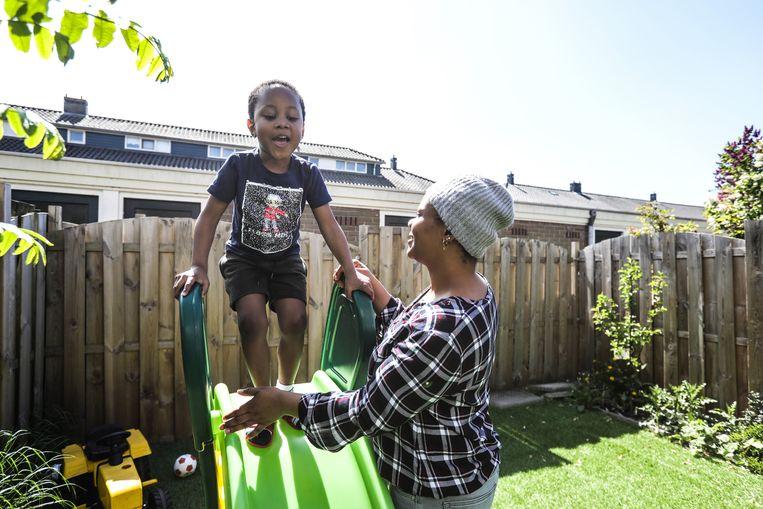 Adesuwa Osaibovo met haar zoontje Godswill: 'We zijn enorm gezegend met deze woning in een groene buurt.' Beeld Eva Plevier