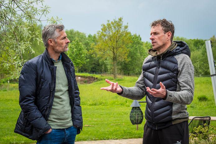 Kees van Wonderen is aandachtig luisteraar als zijn kompaan Bert Konterman verhaalt.