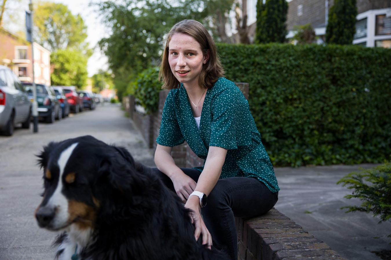 Eef Jansen (15) heeft na bijna een half jaar nog steeds klachten zoals vermoeidheid en geen smaak en reuk, terwijl ze amper ziek is geweest.