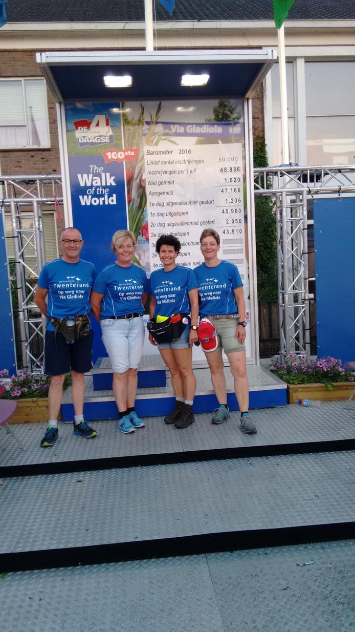 Vroomshopers Jerry de Jong, Jeanine de Jong, Henriët van Nuil en Berdien Slot lopen ook mee in de Twenterandshirts.