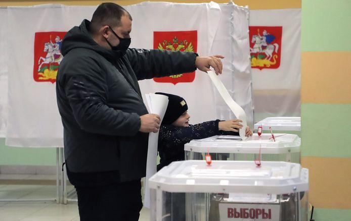 Seorang pria memberikan suaranya di Podolsk di luar Moskow.