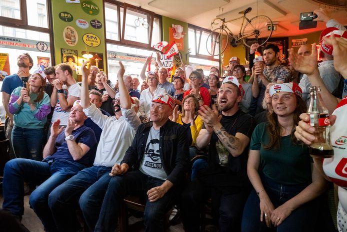 In café Mombasa in Borgerhout keken tientallen supporters nagelbijtend toe hoe de Antwerpenaar het record van Bradley Wiggins verpulverde en dwars door de magische 55 km-grens reed.