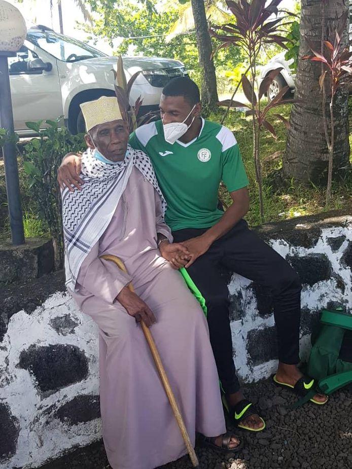 Saïd Bakari met zijn opa op de Comoren.