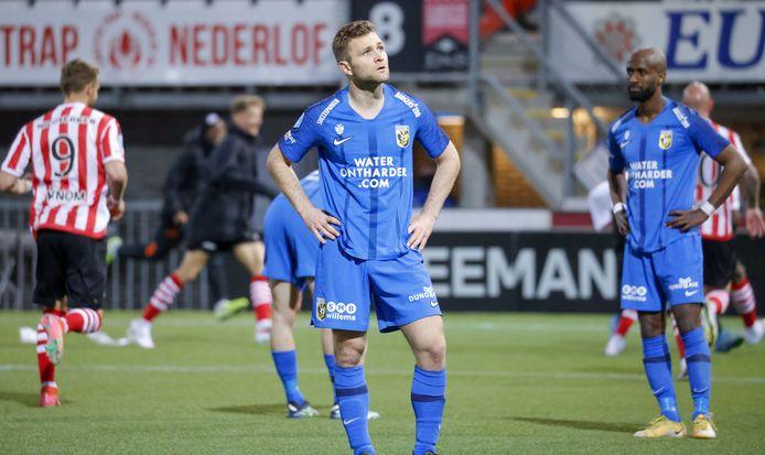 Treurnis bij Vitesse na de 3-0 van Emanuel Emegha. Sondre Tronstad en Eli Dasa (rechts) verwerken de mokerslag op Spangen.