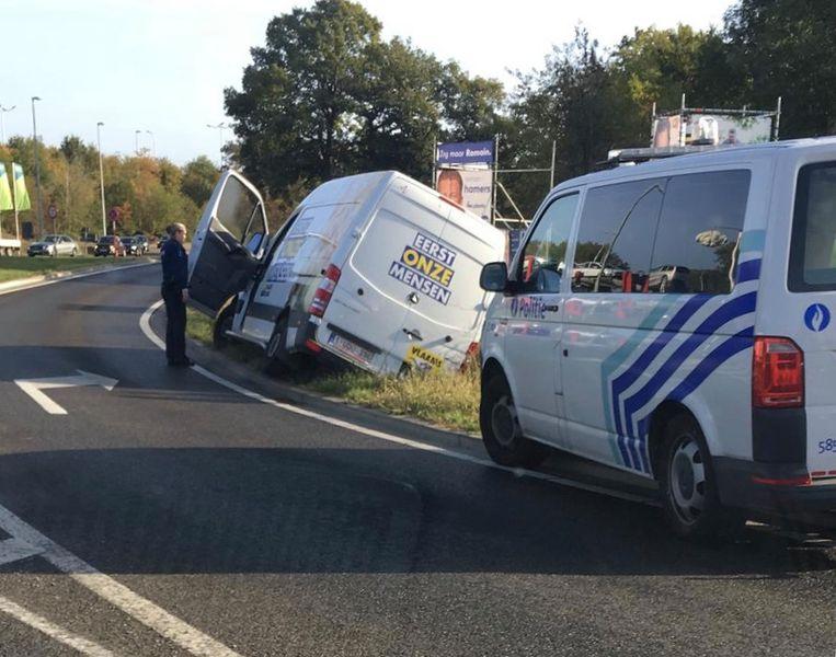 De bestuurder van het busje bleef ongedeerd bij het ongeval.
