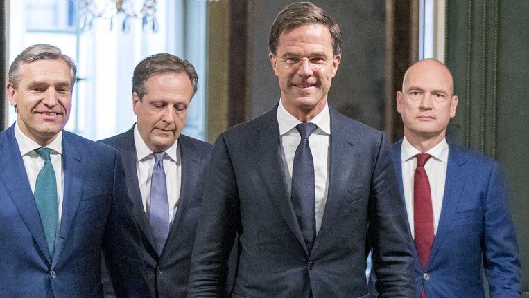 Premier Rutte biedt het regeerakkoord aan. Beeld anp