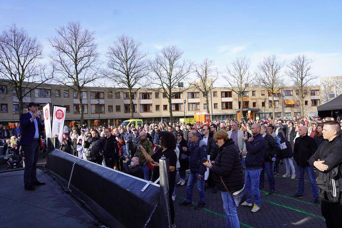Zo'n 400 man kwamen op de verkiezingsshow van Baudet op het marktplein in Spijkenisse af.