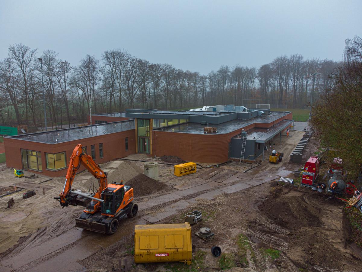 De nieuwe multifunctionele accommodatie Het Klavier in Rutten vlak voor de opening in december. De gemeente Noordoostpolder heeft een bio-dieselaggregaat (rechts in beeld) neergezet.