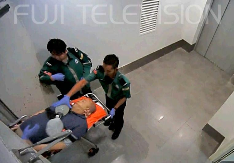 Veiligheidsbeelden tonen hoe Kim Jong-Nam verzorgd werd op de luchthaven van Kuala Lumpur.