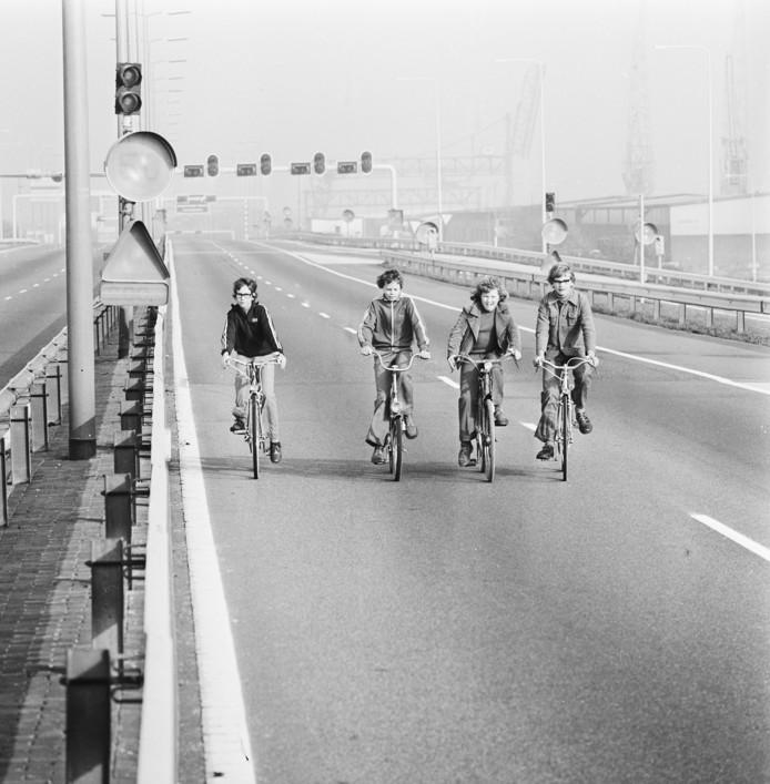 Autoloze zondag in verband met de olieboycot. Fietsers op de autosnelweg, 4 november 1973 Fotograaf Mieremet, Rob / Anefo