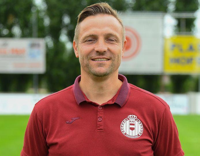 Bart Verhulst is de nieuwe hoofdtrainer van KAV Dendermonde, hij zoekt nog enkele spelers.