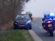 Fietser gewond naar ziekenhuis door botsing met auto bij Rouveen