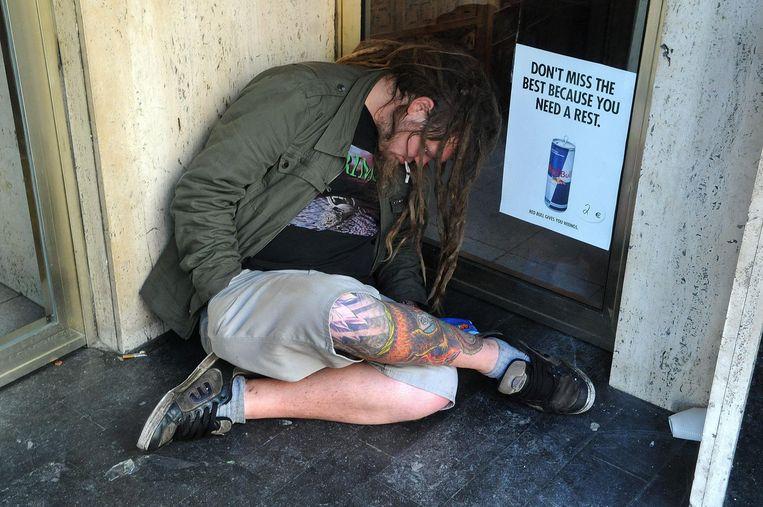 Het was al vroeg in de ochtend toen deze man zich te slapen legde in een hoekje in Gent, wellicht na een zware nacht op de Gentse Feesten. Beeld Henk Deleu