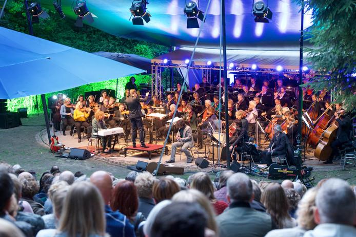 Uitverkocht optreden van HGO met zanger Di-Rect in openluchttheater De Pinkenberg.