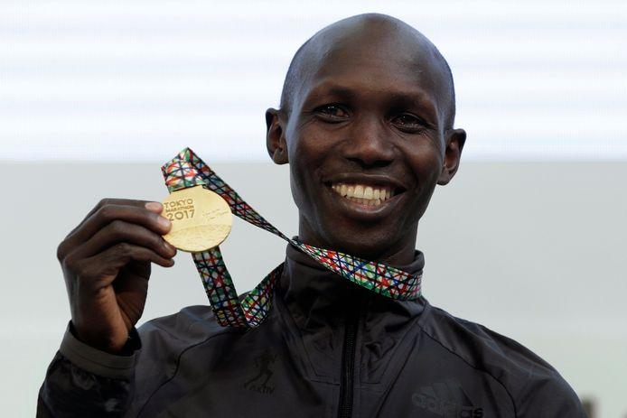 Wilson Kipsang met zijn gouden medaille na de marathon van Tokio op 26 februari 2017.